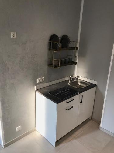 A kitchen or kitchenette at FEWO Cologne, Airport, City