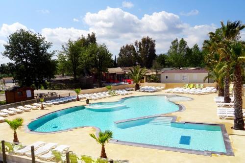Vue sur la piscine de l'établissement Domaine Du Golfe De Saint Tropez ou sur une piscine à proximité
