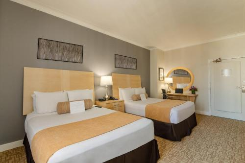 A bed or beds in a room at Hotel Pennsylvania