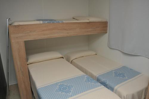 Letto o letti a castello in una camera di Villaggio Camping Torre Salinas