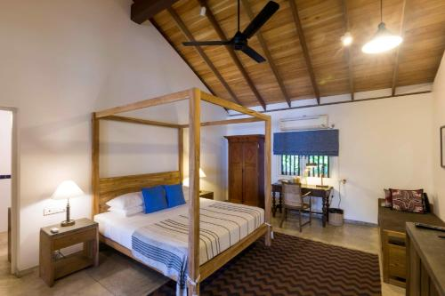 A bed or beds in a room at Villa Saffron Hikkaduwa