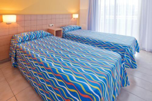 Cama o camas de una habitación en Voramar Cambrils