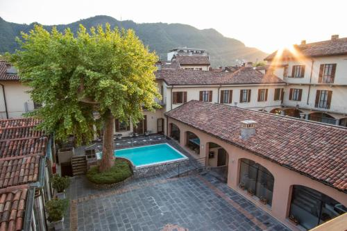 Vue sur la piscine de l'établissement Albergo Le Due Corti ou sur une piscine à proximité
