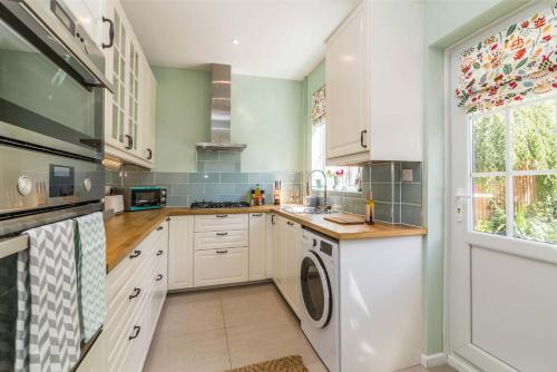 A kitchen or kitchenette at Mapperley House