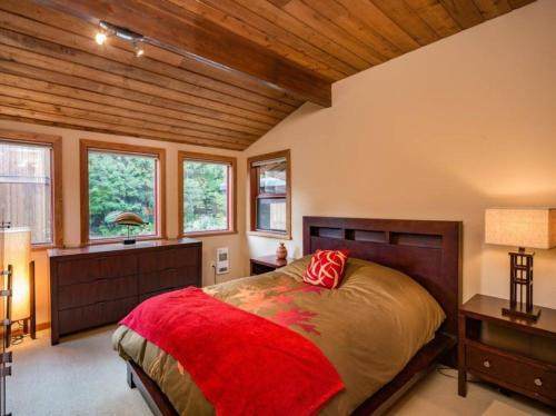 A bed or beds in a room at Olaus House at Red Mountain