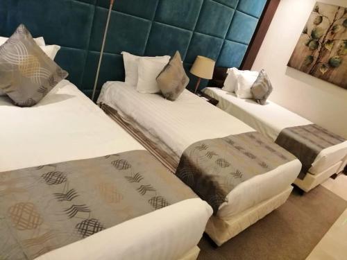 Cama ou camas em um quarto em Three Points Al Salama