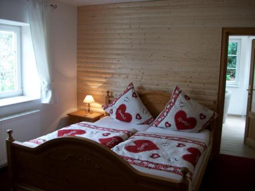 Ein Bett oder Betten in einem Zimmer der Unterkunft Hotel Garni Haus Sonneneck