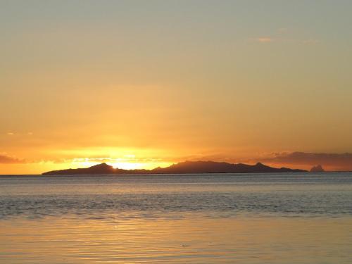 O pôr ou nascer do sol visto of luxury tent ou dos arredores