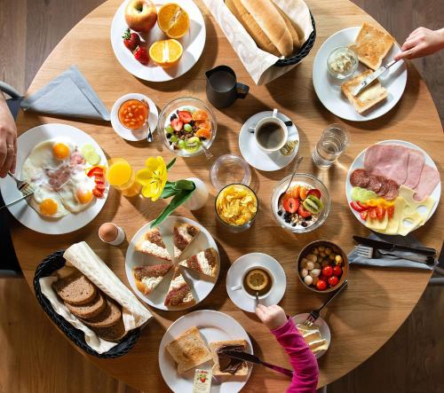 Breakfast options available to guests at Apartmany Chornitzeruv dum