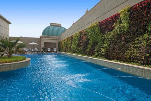 Бассейн в Habtoor Palace Dubai, LXR Hotels & Resorts или поблизости
