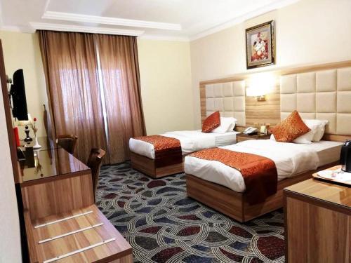Cama ou camas em um quarto em Roshan Al Azhar Hotel