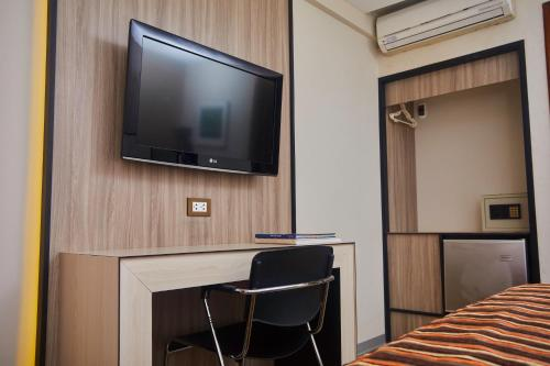 A television and/or entertainment centre at Victoria Regia Hotel