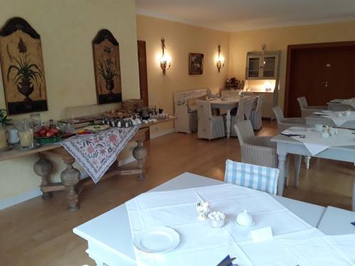 A restaurant or other place to eat at Gästehaus am Alten Hafen
