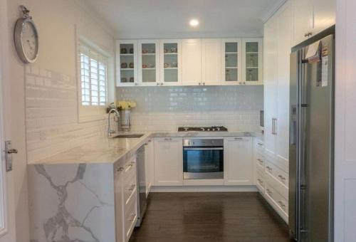 A kitchen or kitchenette at Luxurious Hampton Style 3 Bedroom House