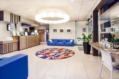 The lobby or reception area at Mercure Brive