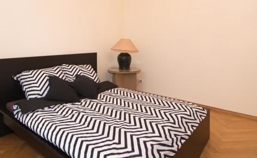 Un pat sau paturi într-o cameră la Charme de Varsovie