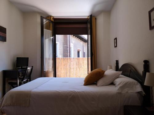 A bed or beds in a room at Hostal San Martin