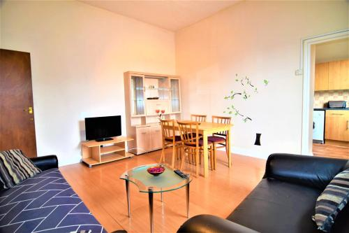 A seating area at Manu's Place Shared Apartments