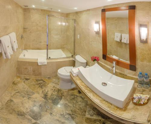 A bathroom at Taypikala Hotel Cusco