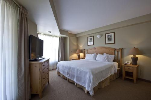 A bed or beds in a room at Polaris Lodge
