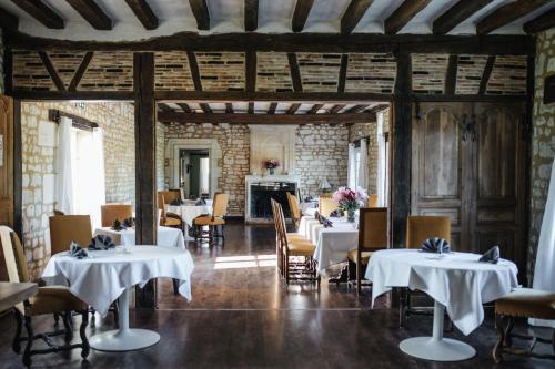 A restaurant or other place to eat at Château De Marçay