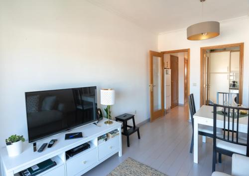 A television and/or entertainment center at Porto Gaia River View by MP