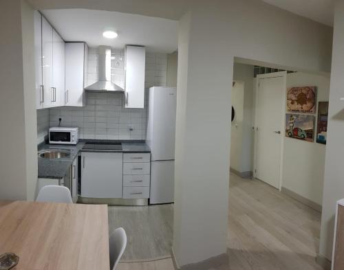 A kitchen or kitchenette at Apartamento Barajas. Aeropuerto/Ifema