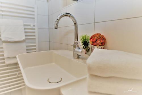 A bathroom at Hotel Carinthia Velden