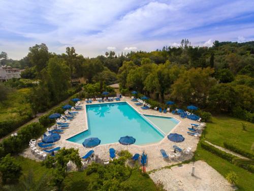 Vue sur la piscine de l'établissement Livadi Nafsika Hotel ou sur une piscine à proximité