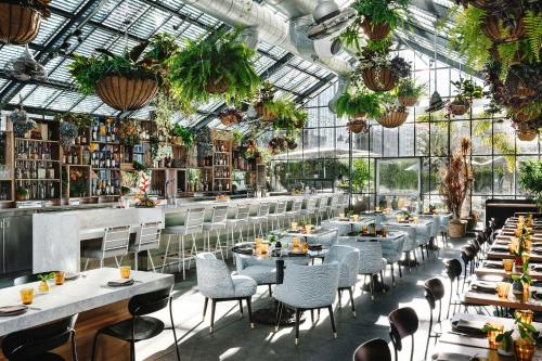Restaurant ou autre lieu de restauration dans l'établissement The LINE Hotel