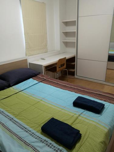 A bed or beds in a room at comfy deluxe one bedroom