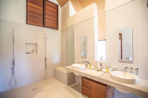 A bathroom at Niramaya Villas and Spa