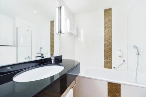 A bathroom at Luitpoldpark-Hotel