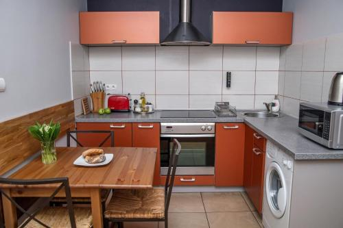 A kitchen or kitchenette at Red Kurka Apartments