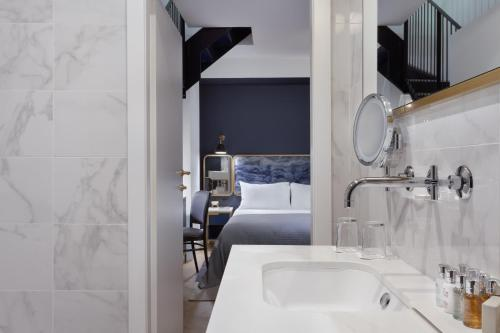 A bathroom at The Cumberland Hotel by NEU Collective