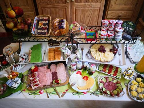 Breakfast options available to guests at Hotel am Freihafen