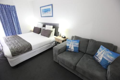 A bed or beds in a room at Mornington Motel