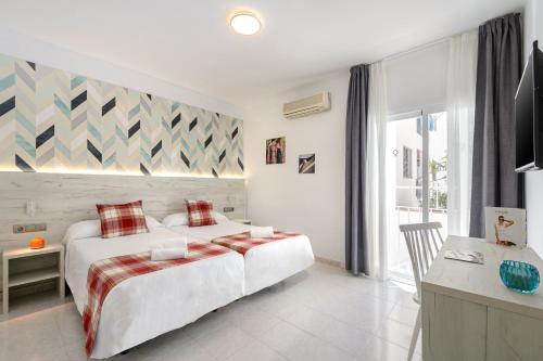 Cama o camas de una habitación en Hotel Playasol Lei Ibiza - Adults Only