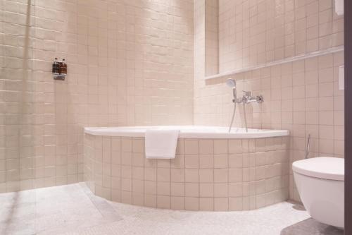 A bathroom at Monbijou Hotel
