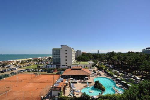 Vista sulla piscina di Hotel Ausonia o su una piscina nei dintorni