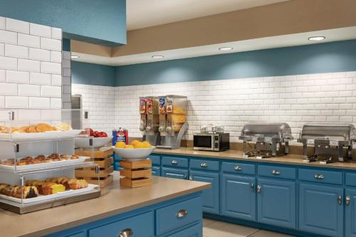 A kitchen or kitchenette at Country Inn & Suites by Radisson, Nashville Airport East, TN