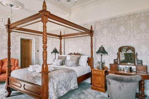 A bed or beds in a room at The Queens Hotel