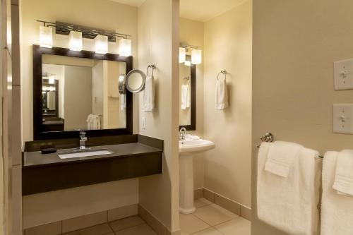 A bathroom at Valley River Inn Eugene/Springfield