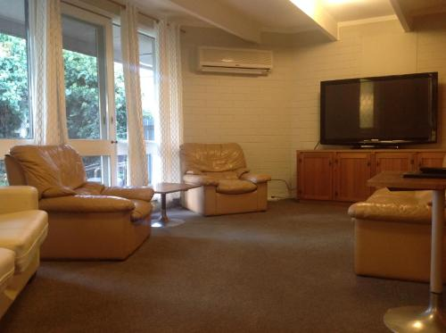 A seating area at Cobram Colonial Motor Inn