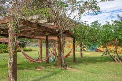 A garden outside Bomtempo Hotel Esporte & Lazer