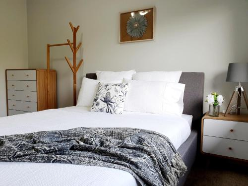 A bed or beds in a room at Entire 3 bedrooms home, Dandenong central, walk to bus