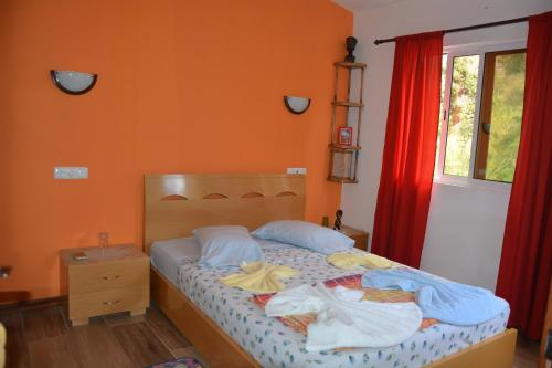 A bed or beds in a room at Chez Hujo