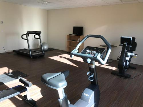 The fitness centre and/or fitness facilities at Mercure Aix-En-Provence Sainte-Victoire