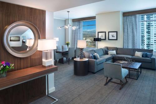 A seating area at Hyatt Regency Denver at Colorado Convention Center