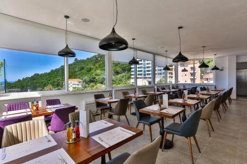 Restoran või mõni muu söögikoht majutusasutuses Hotel Lusso Mare by Aycon